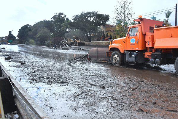 驚悚一幕 駕車時車被加州洶湧泥石流沖走