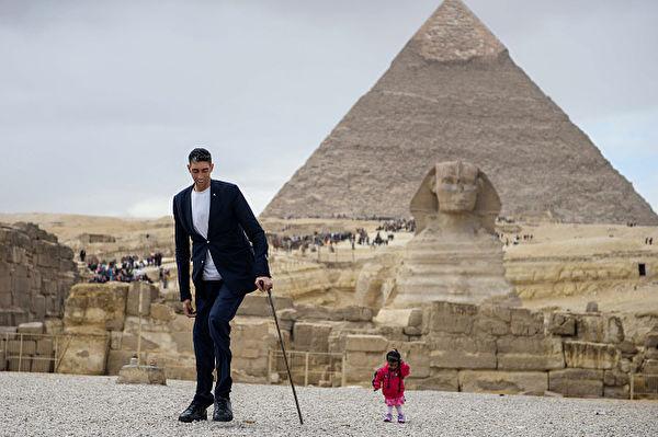 世界最高男VS最矮女 在金字塔前同框亮相
