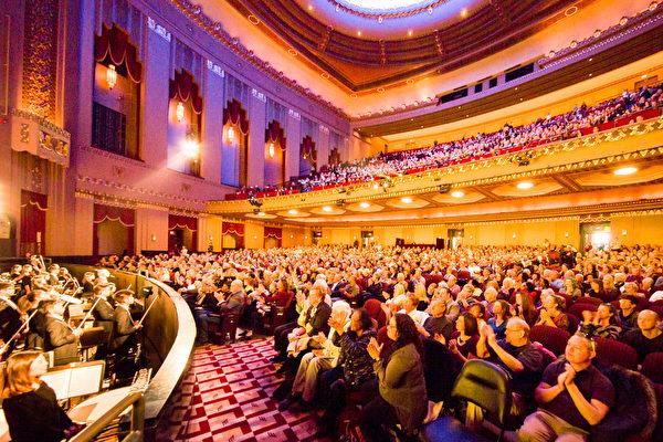 1月27日,神韻紐約藝術團在聖路易斯皮博迪歌劇院(Peabody Opera House)為當地觀眾帶來兩場精采演出。圖為27日下午座無虛席的劇場。(陳虎/大紀元)