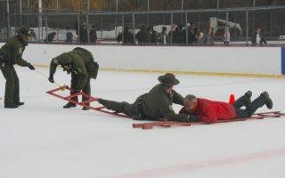 冰面救援再现 FDNY:勿自拍丢命