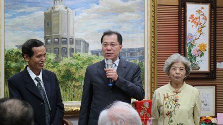嘉义县副县长吴芳铭(中)介绍郑淑琴老师(右)及夫婿陈席卿先生给在场认识。