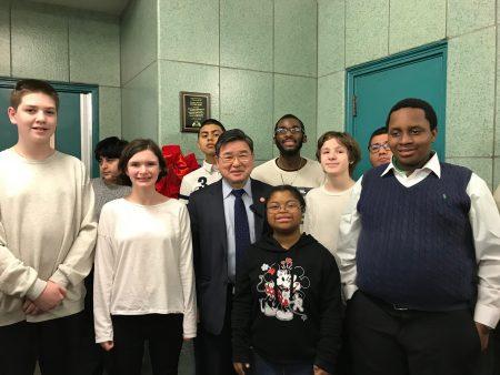 顧雅明與公立177小學的學生在禮堂前合影。