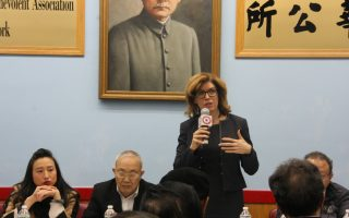 曼宁访华埠 商讨拍电影扰民问题
