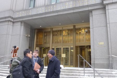何志平的三名代表律师Edward Y. Kim(左)、Jonathan F. Bolz(中)、Paul M. Krieger(右)昨天庭审结束后,在法庭外交谈。