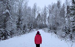 雪中 4岁童穿睡衣玩滑梯 让男子倍觉诡异 发现催泪事实