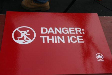 纽约96处水体都有提醒民众勿入冰面的警告牌。