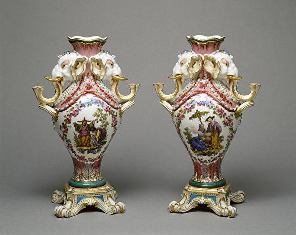 塞夫勒(Sèvres)瓷廠製作的一對大象花瓶。(公有領域)