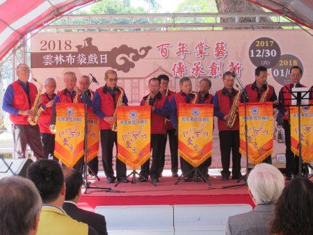 虎尾東區扶輪社樂團演出「出埃及記」、「黑玫瑰」等布袋戲經典歌曲。