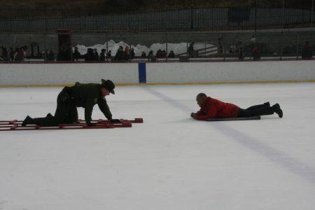 局长亲自上场表演冰面上的求救者。
