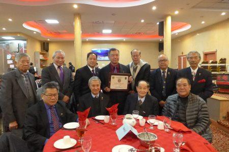 朱超然(手持奖状者)与白平原市警局局长张大卫及华裔退伍军人会成员合影。