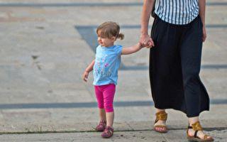 母女過馬路 女童說出4個字 讓嬌小協警大叫糟糕