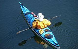 皮划艇手河面上撿到土豆袋 打開後裡面的東西警察大叫