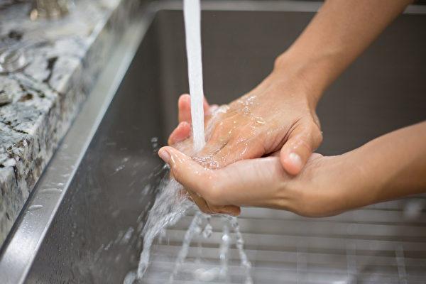 碰觸公共物品後,以及用餐、揉眼睛和鼻子之前,一定要洗手。(Shutterstock)