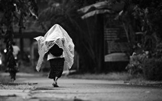 大雨中 独行老婆婆求搭车 之后发生的事让司机后怕