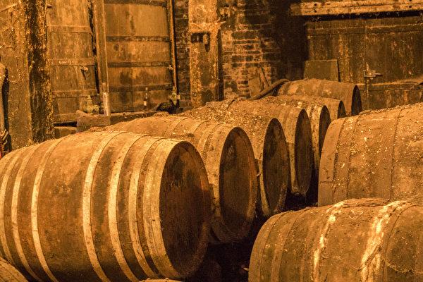Bernard Boutinet家庭酒窖中陈酿干邑的橡木桶。(关宇宁/大纪元)