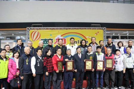 赞助单位手持奖牌与里长议员合照。