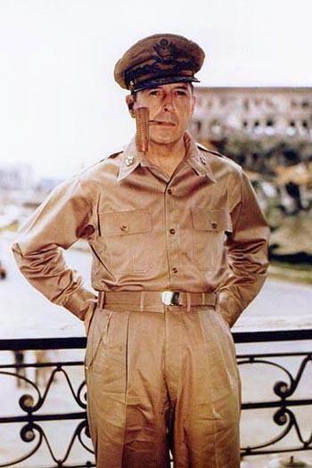 在馬尼拉的麥克阿瑟將軍。(公有領域)