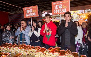 黄少祺与韩瑜扫街被包围 为灾区祈福平安