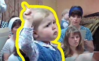 两岁女孩指挥合唱团 激情四射 仿佛大师临场 可爱到融化
