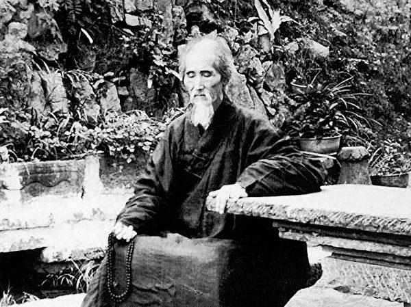中共1949年篡政後,已然110歲的虛雲老和尚在廣東省乳源雲門寺修行。(公有領域)