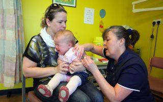 允药剂师为儿童打疫苗 库默推立法