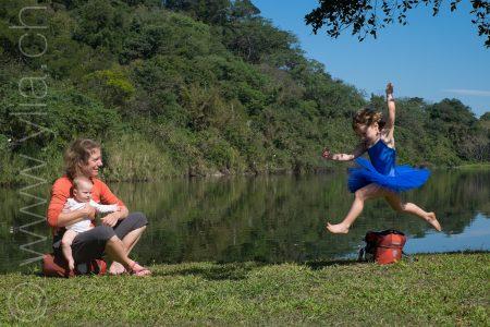 虽然过着游牧式的骑行生活,女儿Nayla仍可学芭蕾,她的梦想是想当巡回世界的舞蹈演员。
