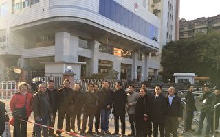 今日,广州人权律师隋牧青吊销律师证听证会在广州司法厅举行。现场20多位律师和部分公民参与声援。(知情人提供)