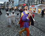 2012年11月19日,哈默尔恩市的旅游局职员装扮成花衣吹笛人,带领扮作老鼠的孩子在市内走过。(Sean Gallup/Getty Images)