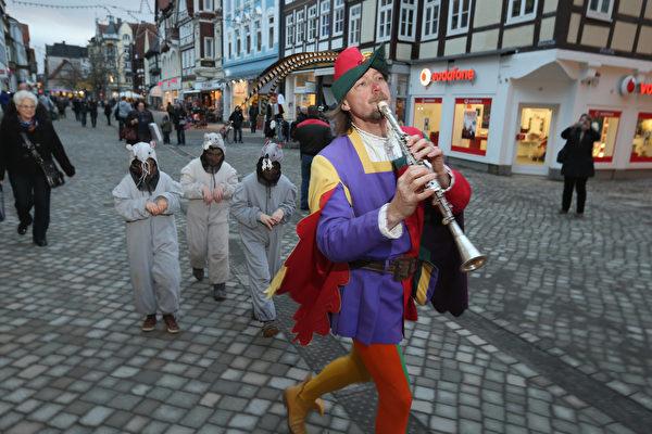 格林童話是真?3百萬遊客到訪德國小城 跟著老鼠走