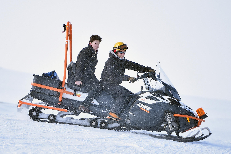 雪地摩托是很多人喜歡玩的一種越野運動。(Jeff J Mitchell/Getty Images)