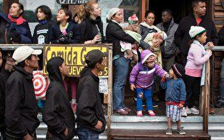 美墨邊界截獲200偷渡客 擠在無食水貨櫃內