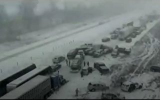 监控录像实拍:一场大雪后 50-70辆车连环撞