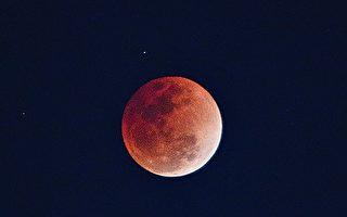 """天文奇观""""超级蓝血月""""时隐时现"""