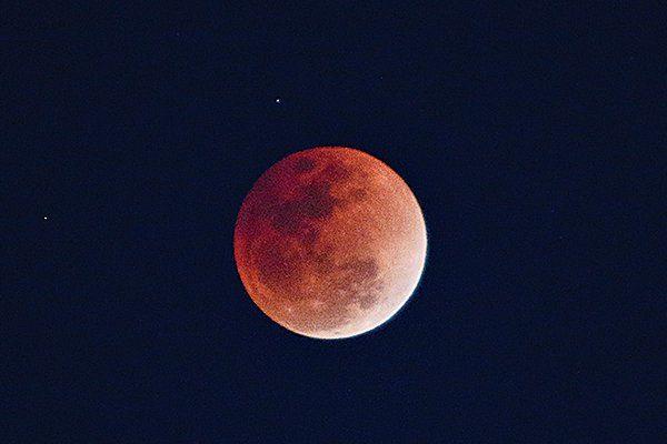 天文奇觀「超級藍血月」時隱時現