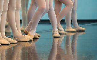 木板专家巧手变魔术 什么办法让地板闪亮如芭蕾舞台?