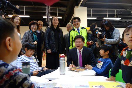 市長林佳龍在精武分館在一樓兒童區與學童談笑。