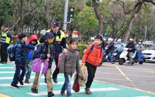 開學首日 竹縣警加強宣導關心學童安全