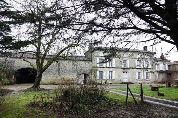 Bernard Boutinet先生所住的房子与家庭酒窖相连。(关宇宁/大纪元)