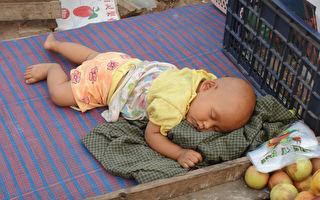 小宝宝在酣睡 没想到狗狗看到后急了 竟跳上床 这样做