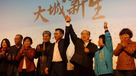 前台中市長胡志強(右3)為立委江啟臣(右4)政見發表會站台。