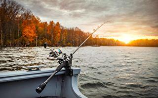 男子在海上钓鱼 没想到竟然钓到了超级大的一条鱼