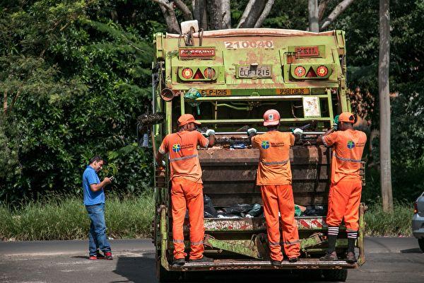 男子掉進垃圾桶後捲入垃圾車