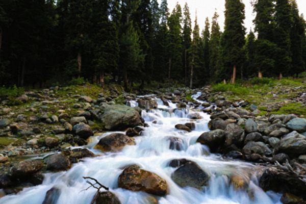 印度奇怪小河 流到一半突然没水