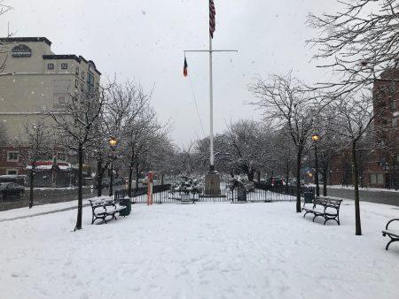 法拉盛北方大道街心花园白雪皑皑。