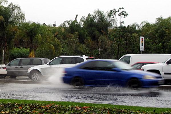 菠蘿快車風暴臨 南加三萬人被疏散