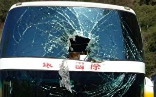 台阿里山陸客遊覽車遭落石砸中 幸無人傷