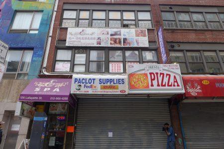 华埠拉菲逸街(Lafayette St)126号的门面,已结业的前租户没有把招牌拆卸,且旧招牌不符合规定标准。