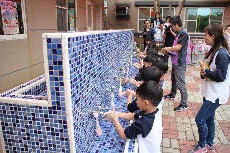 """贝莱登幼儿园教导学生从小养成良好的卫生习惯,确实督促在正确洗手时机,落实""""湿、搓、冲、捧、擦""""的步骤。"""