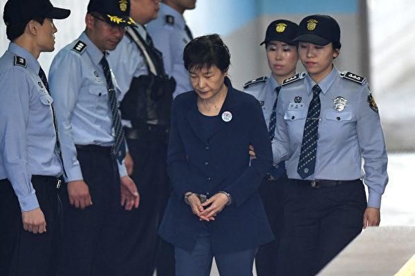 27日,因親信干政門被彈劾下台的韓國前總統朴槿惠,被檢方求處30年有期徒刑,罰款1185億韓元。 (JUNG YEON-JE/AFP/Getty Images)