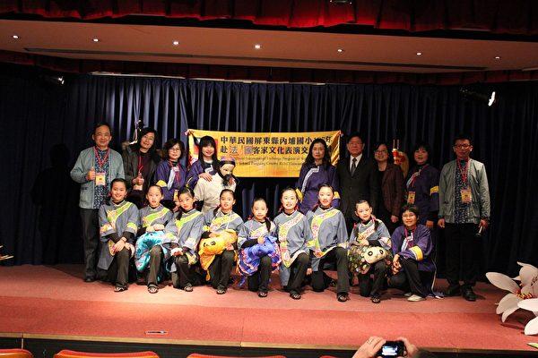 张大使夫妇与内埔国小师生合影(驻法国台北代表处提供)